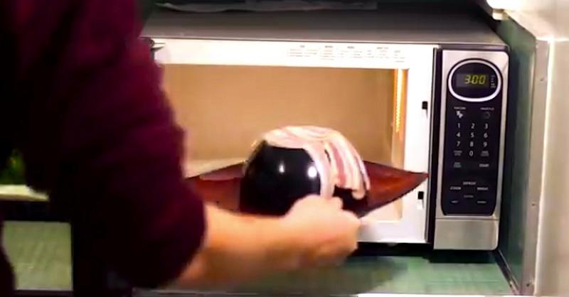 poser du bacon au dessus d 39 un bol dans le micro ondes une id e ing nieuse c 39 est fait maison. Black Bedroom Furniture Sets. Home Design Ideas