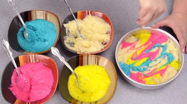 Elle mélange ces couleurs pour préparer un incroyable dessert !
