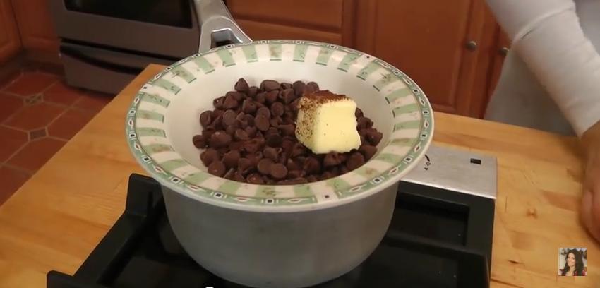 Elle fait un bain marie avec des p pites de chocolat regardez le r sultat c 39 est fait maison - Mousse au chocolat maison ...