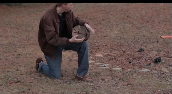 Il fait 4 creux sur une bûche: Cette méthode ingénieuse vous surprendra !