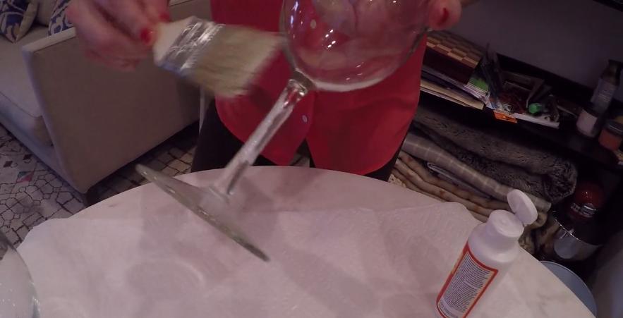 Elle met de la colle sur un verre de vin mais le résultat final vous donnera envie d'essayer
