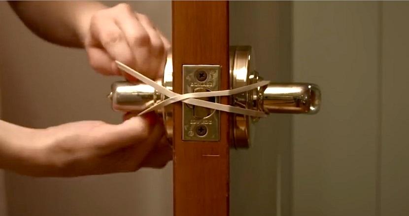 Attacher un élastique autour de la poignée: un secret qui vous faire éviter de gros ennuis