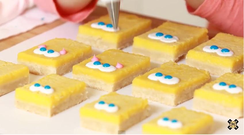 Elle réalise une tarte au citron Bob l'éponge. Impressionnant !