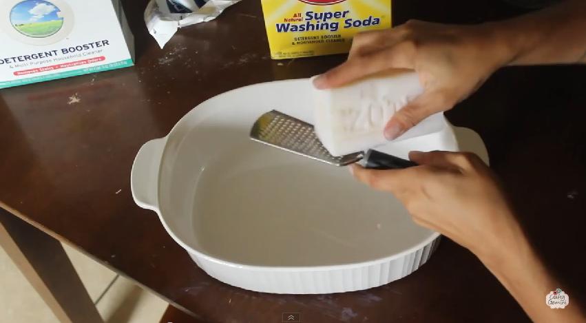 Elle râpe du savon dans un plat. Sa raison va vous faire économiser beaucoup d'argent