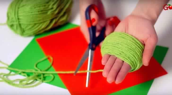 Elle enroule la laine autour de ses doigts. Le résultat est une vraie œuvre d'art en miniature