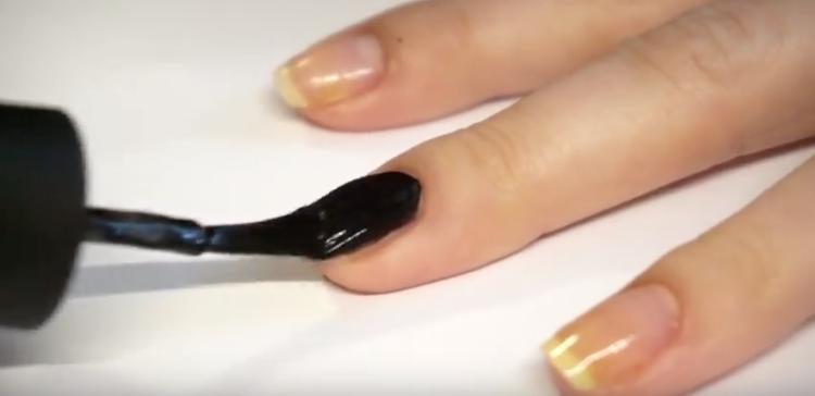 Une technique rapide et facile pour peindre des fleurs sur vos ongles