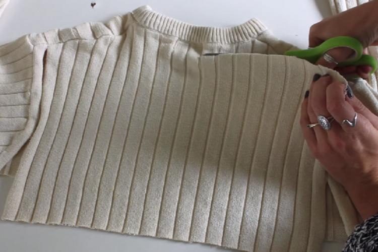 Elle coupe un vieux pull pour réaliser 2 merveilleuses décorations pour la maison