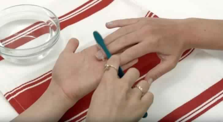nettoyer les ongles avec une brosse dents et du dentifrice le r sultat est brillant c 39 est. Black Bedroom Furniture Sets. Home Design Ideas