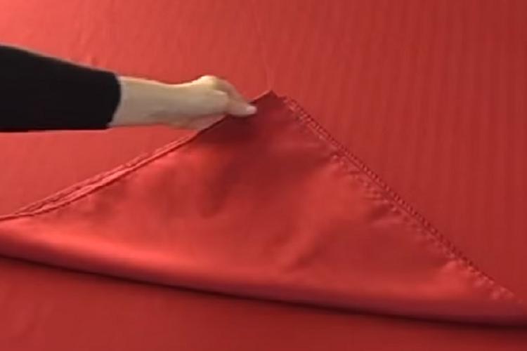 voici comment faire un pliage de serviette en forme de c ur pour la saint valentin c 39 est fait. Black Bedroom Furniture Sets. Home Design Ideas