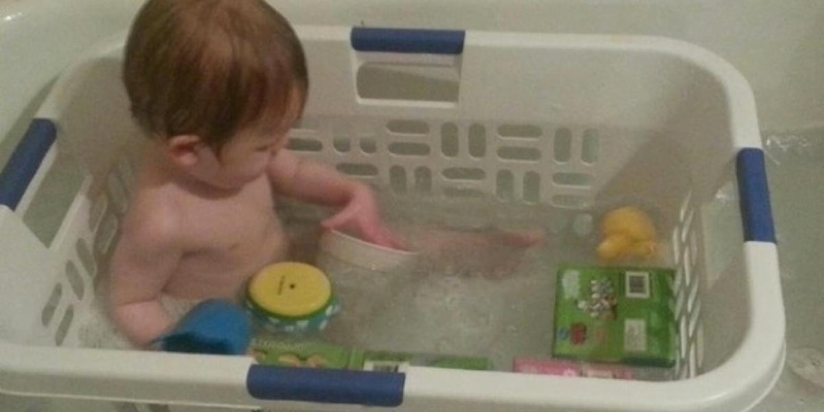 Elle met son bébé dans un panier dans la baignoire. La raison est brillante!