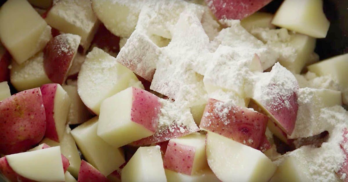 Elle saupoudre la farine sur les pommes de terre dans une - Comment conserver des pommes de terre coupees ...