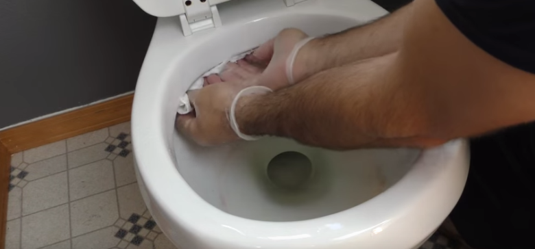 7 astuces brillantes que vous allez utilisez chaque fois que vous nettoyez la salle de bain