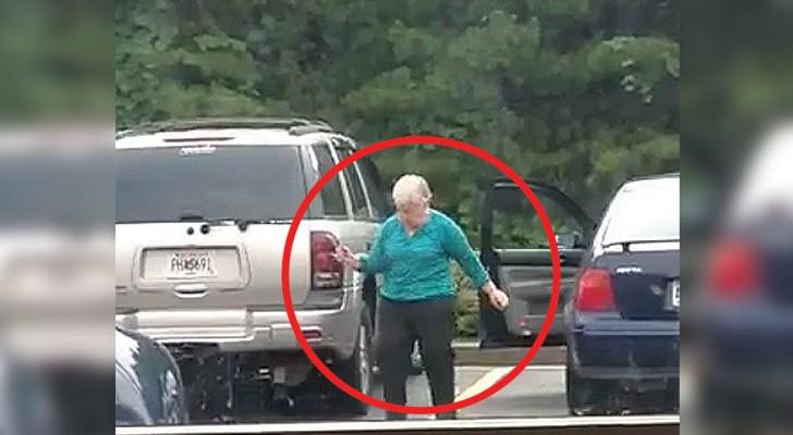 Ce que cette grand-mère va faire dans le parking est très drôle !