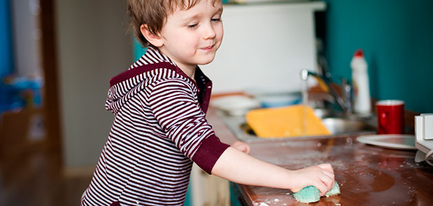 Apprendre aux enfants à aider à la maison. Voici un guide pour savoir ce qu'ils pourront faire selon leur age