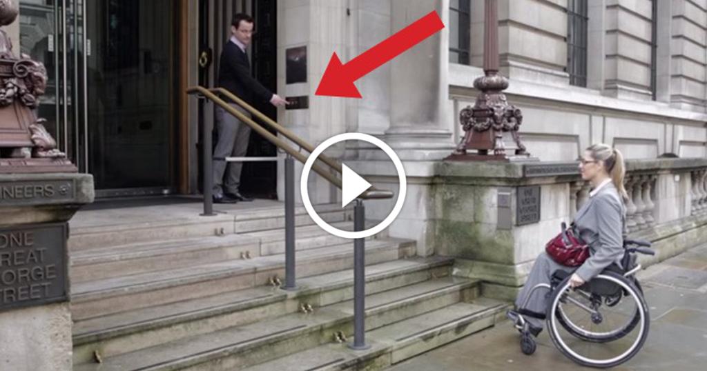 Cette femme à mobilité réduit ne peut pas monter les escaliers, mais regardez ce qui se passe quand on appuie sur le bouton