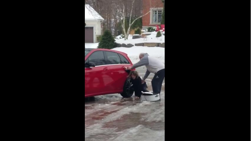 La fille tente de monter dans sa voiture mais le sol est verglacé : la scène est à mourir de rire!