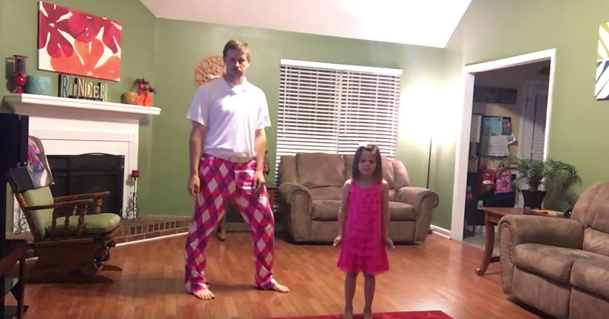 Maman n'est pas à la maison. Ce papa et sa fille se tournent vers la caméra et se filment en train de danser