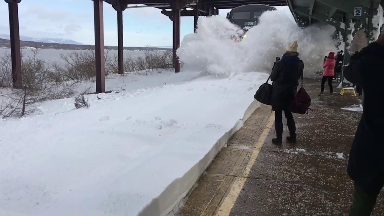 Ce train entre dans gare et recouvre les passagers de neige. Impressionnant !