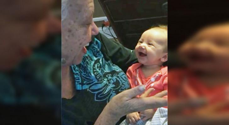 Une grand-mère sourde enseigne à sa petite-fille  la langue des signes: La conversation n'a pas de prix