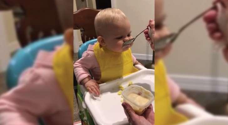 Elle mange pour la première fois avec une cuillère comme les grands. Regardez sa réaction!