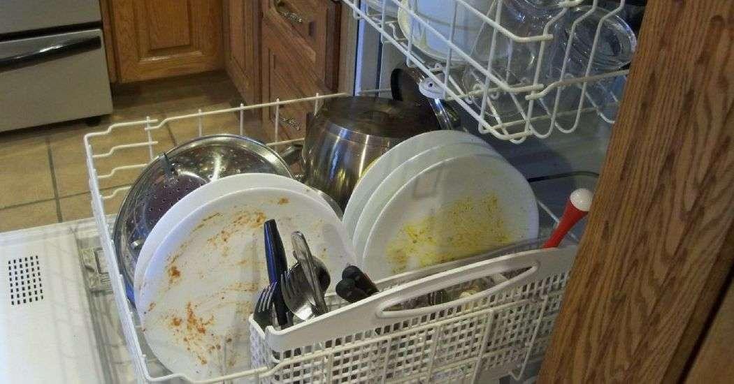 pourquoi vous ne devriez jamais jamais rincer vos plats avant de les mettre dans le lave. Black Bedroom Furniture Sets. Home Design Ideas