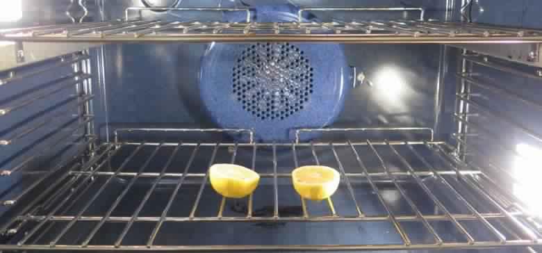 elle met deux moiti s de citron dans le four une astuce intelligente laquelle vous n 39 auriez. Black Bedroom Furniture Sets. Home Design Ideas