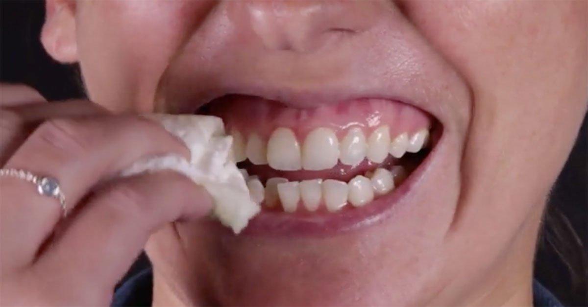 Elle m lange une fraise avec du bicarbonate de soude et l 39 applique sur ses dents le r sultat - Nettoyer ses toilettes avec du bicarbonate de soude ...