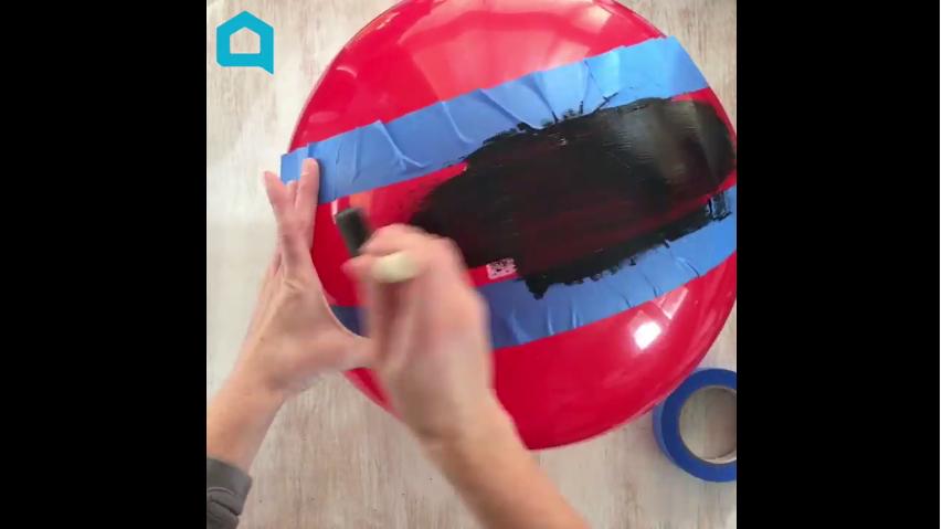 elle vous montre comment fabriquer une boule g ante pour no l c 39 est fait maison. Black Bedroom Furniture Sets. Home Design Ideas