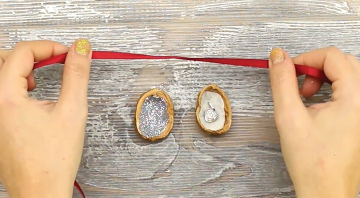 un paquet cadeau original voici comment le faire partir d 39 une noix c 39 est fait maison. Black Bedroom Furniture Sets. Home Design Ideas