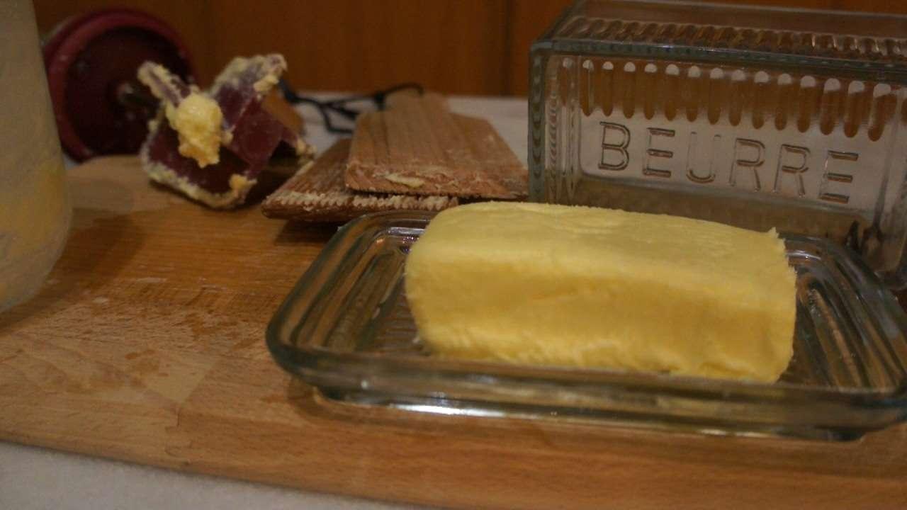 comment faire du beurre maison tr s facilement 2 recettes c 39 est fait maison. Black Bedroom Furniture Sets. Home Design Ideas