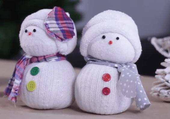 comment faire des bonhommes de neige en chaussettes c 39 est fait maison. Black Bedroom Furniture Sets. Home Design Ideas